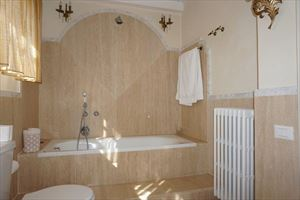 Villa Divina : Bathroom with tube