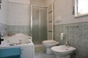 Villa Laura : Bathroom with tube
